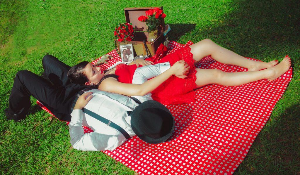 גבר ואישה יושבים בפארק