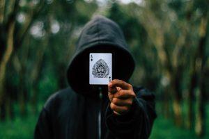 אמן חושים שולף קלף בבר מצווה