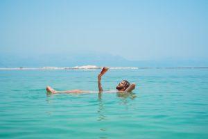 אישה שוכבת בחוף הים על אי בודד