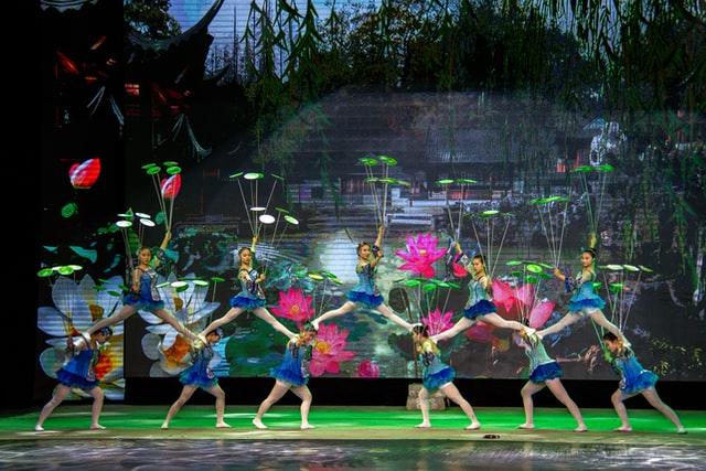 מופע רקדניות עוצר נשימה - תמונה להמחשה
